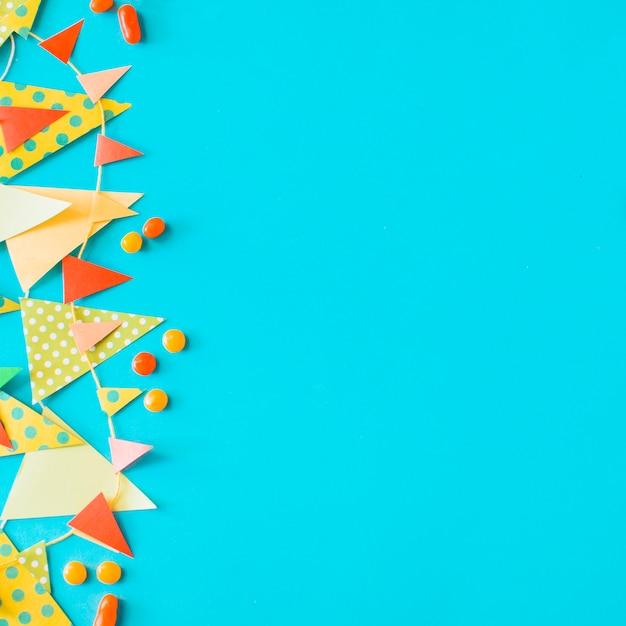 High angle de vue de bonbons et de bruant sur fond bleu Photo gratuit