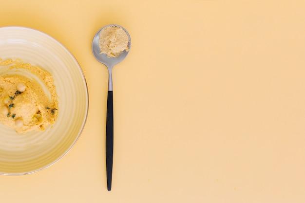 High angle de vue de délicieux houmous sur fond coloré Photo gratuit