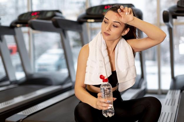 High Angle Woman Hydrating Après L'entraînement Photo gratuit