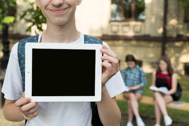 Highschool, garçon, tenue, tablette, dans, mains Photo gratuit