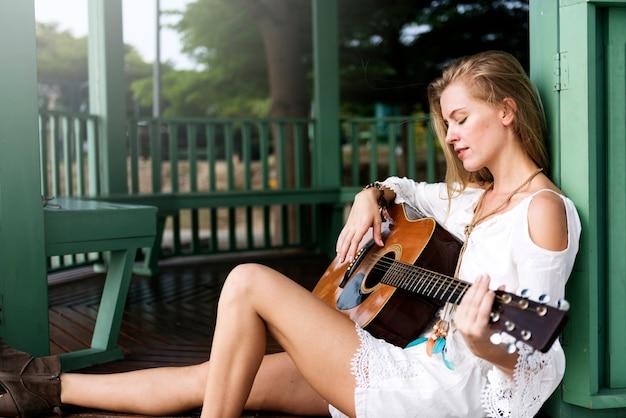 Hippie femme jouant de la musique concept Photo Premium