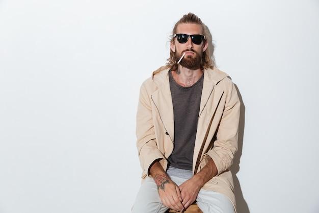 Hipster Homme Regardant La Caméra Isolée Sur Fond De Mur. Photo gratuit