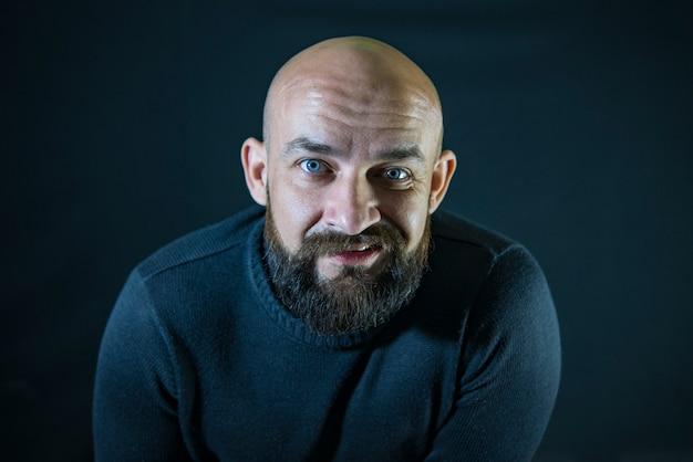 Hipster moustache barbu chauve. portrait. yeux bleus Photo Premium