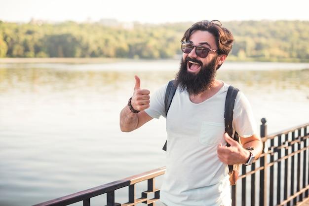 Hipster en vacances au bord d'un lac Photo gratuit