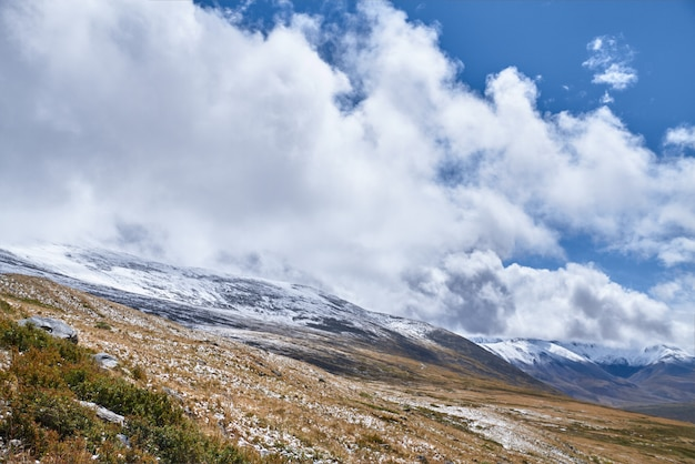 L'hiver est arrivé dans la steppe sibérienne, sommets enneigés. le plateau d'ukok de l'altaï Photo Premium