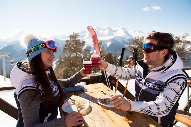 Hiver, les skieurs apprécient le déjeuner dans les montagnes hivernales. Photo Premium