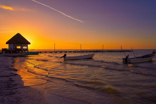 Holbox island jetée au coucher du soleil sur la plage au mexique Photo Premium