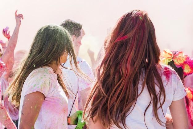 Holi couleur sur les femmes jouissant avec des amis Photo gratuit