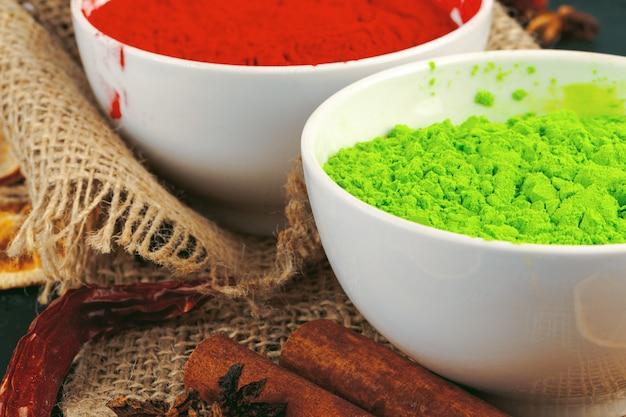 Holi indien traditionnel couleurs poudre, épices sur rustique foncé Photo Premium