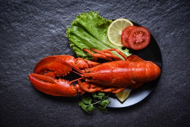 Homard Sur Fruits De Mer Assiette Avec Salade De Citron Salade Légume Et Tomate Photo Premium