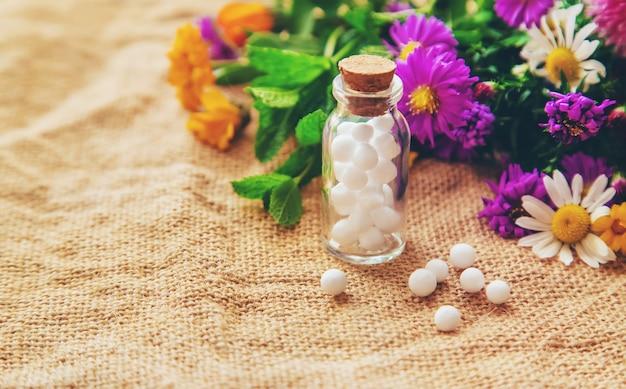 Homéopathie, extraits de plantes dans de petites bouteilles. Photo Premium