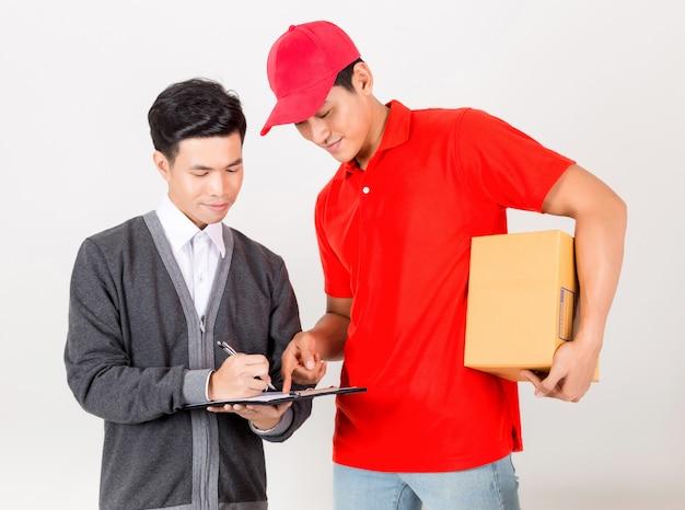 Homme acceptant une livraison de boîtes de courrier de service de livraison. isolé sur fond blanc Photo Premium