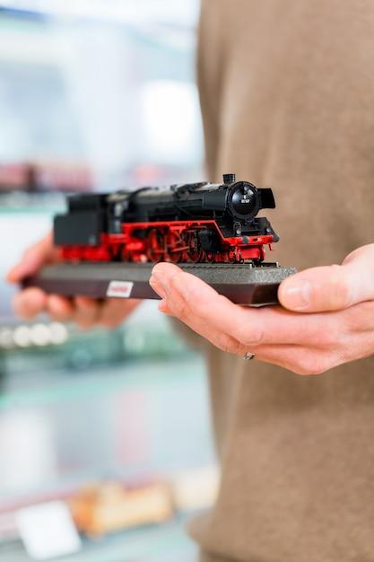 Homme, achat, modèle, ferroviaire, dans, magasin jouet Photo Premium