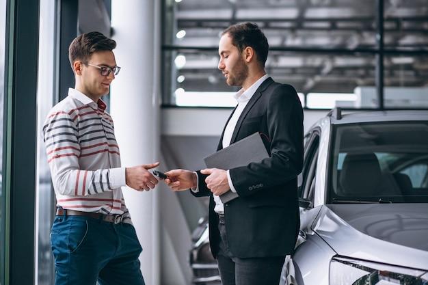 Homme achetant une voiture Photo gratuit