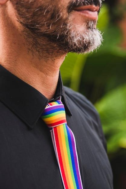 Homme adulte avec cravate aux couleurs lgbt Photo gratuit