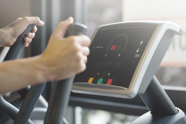 Homme Adulte Faisant Des Exercices De Formation Cardiovasculaire Dans Gym Club Photo gratuit