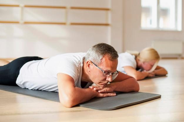 Homme Adulte Et Femme Faisant De L'exercice Ensemble Photo gratuit
