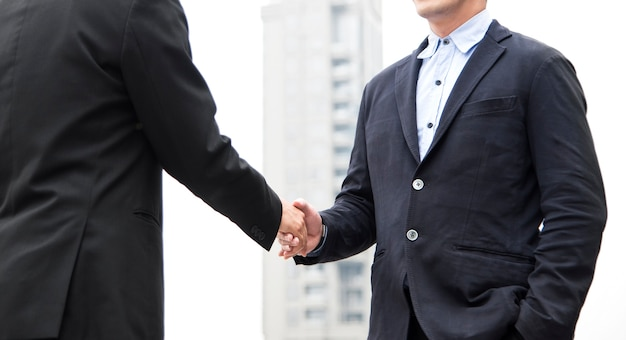 Homme d'affaires en accord de poignée de main. coopération conceptuelle. Photo Premium