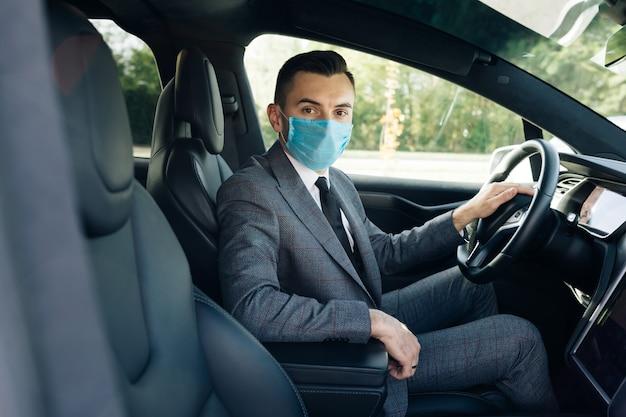 Homme D'affaires Adulte Portant Un Masque Médical Photo Premium