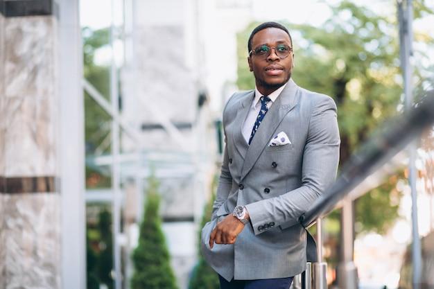 Homme d'affaires africain-américain dans la rue Photo gratuit