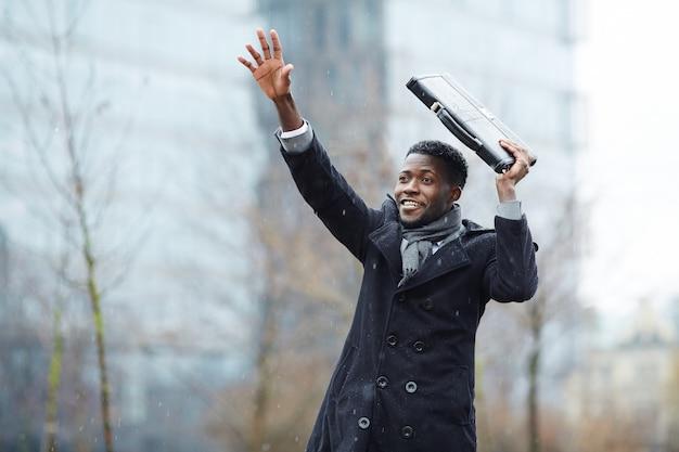Homme d'affaires africain essayant de prendre un taxi Photo gratuit