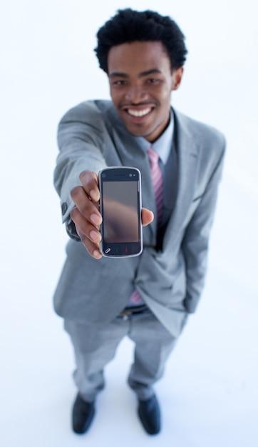 Homme d'affaires afro-américain montrant un téléphone portable à la caméra Photo Premium