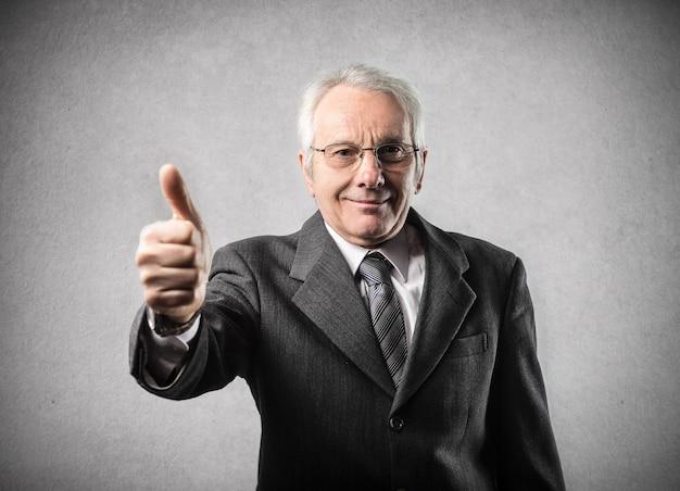 Homme d'affaires âgé montrant ok Photo Premium