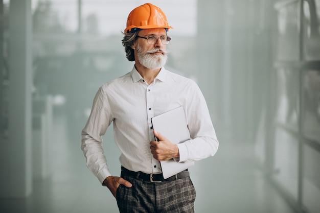 Homme D'affaires D'âge Moyen Dans Un Casque Photo gratuit