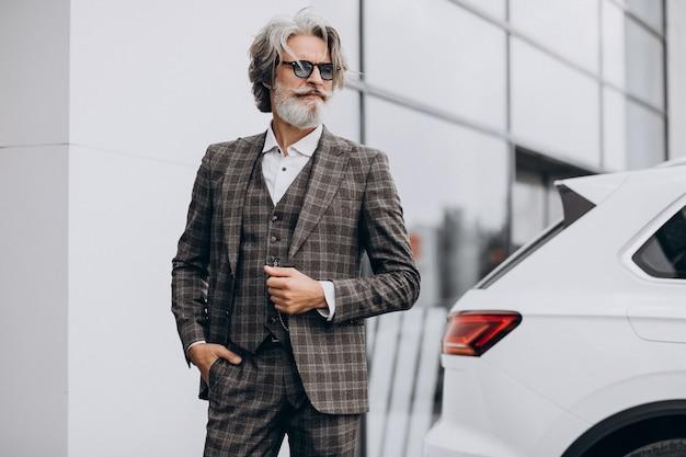 Homme D'affaires D'âge Moyen Dans Un Salon De Voiture Photo gratuit