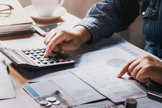 Homme d'affaires à l'aide de la calculatrice pour calculer le budget Photo Premium