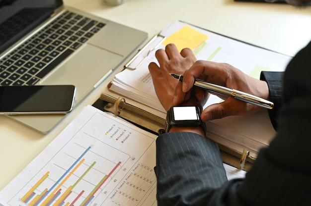 Homme D'affaires à L'aide De Maquette De Montre Intelligente Sur La Table De Bureau. Photo Premium