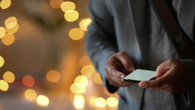 Homme D'affaires à L'aide De Téléphone Portable Dans La Nuit De La Rue Photo Premium