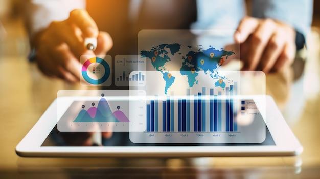 Homme d'affaires analysant un fonds financier avec la réalité augmentée numérique. Photo Premium