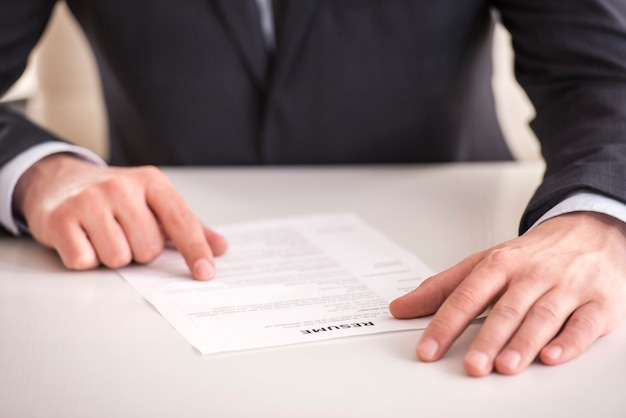 Homme d'affaires analysant son cv au bureau de son bureau. Photo Premium