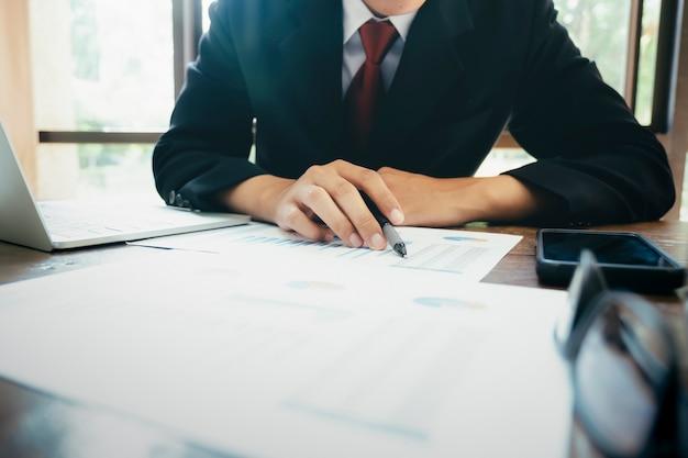 Homme d'affaires analyser les données de marketing d'investissement Photo Premium