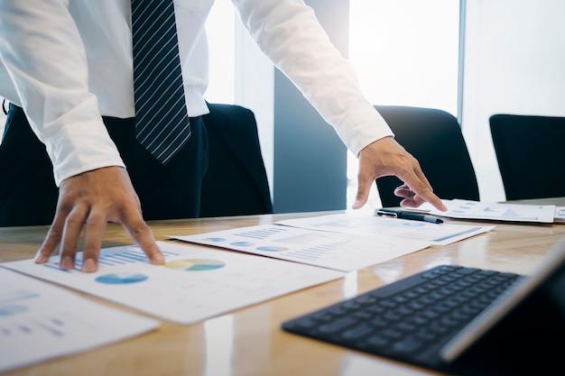 Homme d'affaires analyser les données de marketing d'investissement. Photo Premium