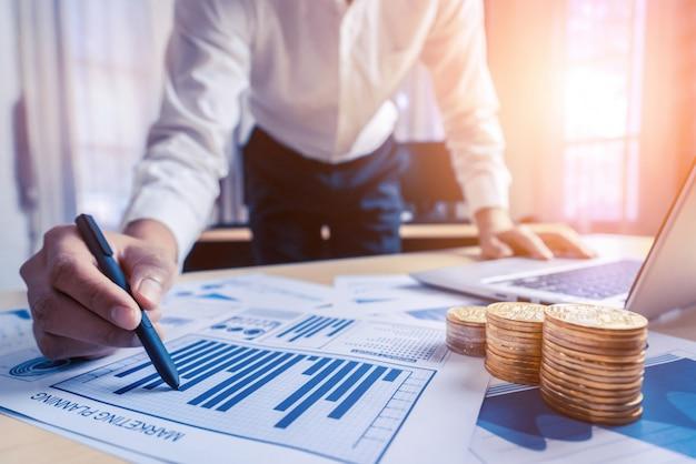 Homme D'affaires Analyser Les Données De La Recherche En Bourse. Photo Premium