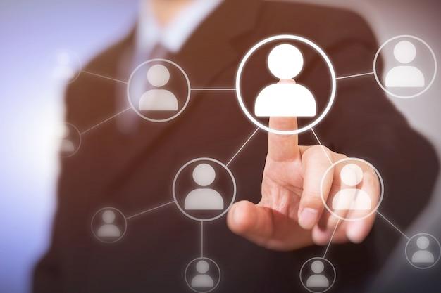 Homme D'affaires En Appuyant Sur Les Boutons Sociaux Modernes Sur Un Virtuel. Photo Premium