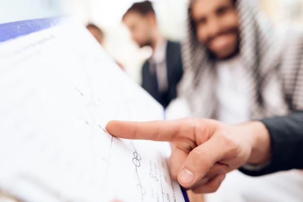 Un homme d'affaires arabe discute d'une entreprise sourde. Photo Premium