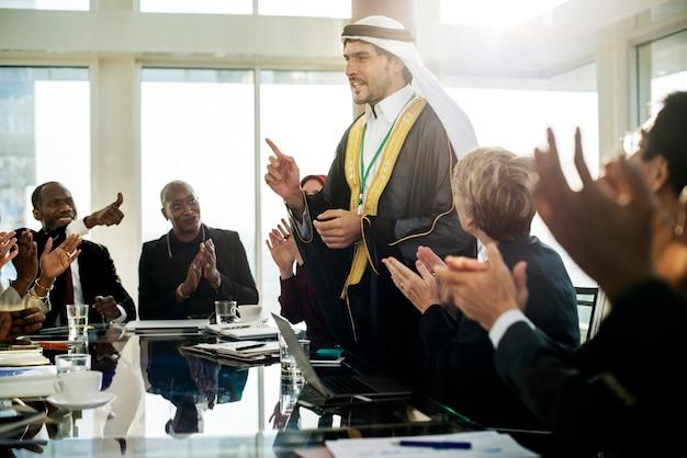 Un homme d'affaires arabe se présentant lors d'une réunion Photo Premium