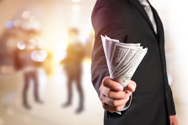 Homme d'affaires avec de l'argent en main. Photo Premium