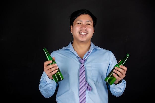 Homme D'affaires Asiatique Avec Des Bouteilles De Bière Photo gratuit