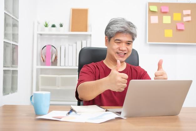 Homme D'affaires Asiatique Conférence Vidéo Appelant Sur Ordinateur Portable Parler Par Webcam Photo Premium