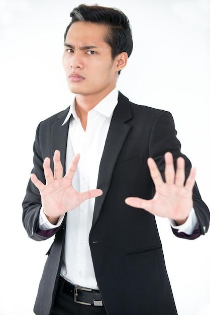 Homme d'affaires asiatique confus montrant un geste d'arrêt Photo gratuit