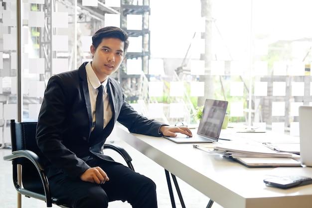 Homme d'affaires asiatique sur le lieu de travail dans le bureau. Photo Premium