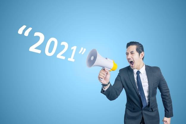 Homme D'affaires Asiatique Avec Mégaphone Annonce 2021. Bonne Année 2021 Photo Premium
