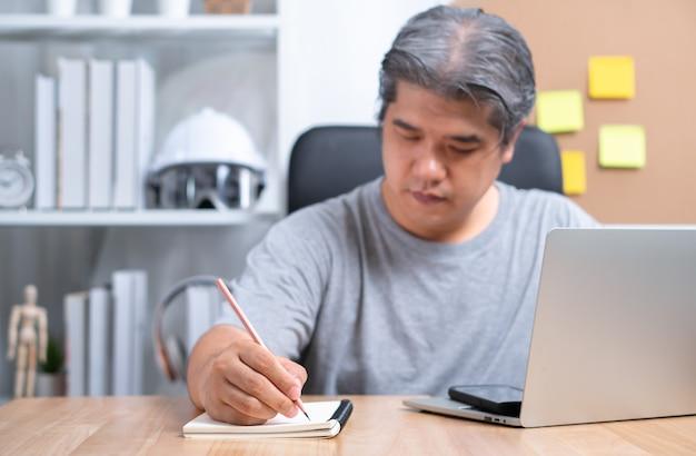 Homme D'affaires Asiatique Travaille à Domicile Pour Résoudre Des Problèmes Commerciaux Après Avoir été Affecté Par Le Verrouillage Photo Premium