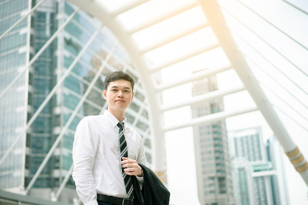 Un homme d'affaires asiatique va travailler. il est en heure de pointe. son bureau est à bangkok. Photo Premium