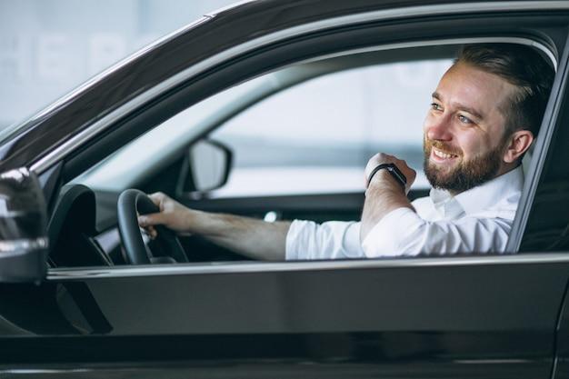 Homme d'affaires assis dans la voiture Photo gratuit