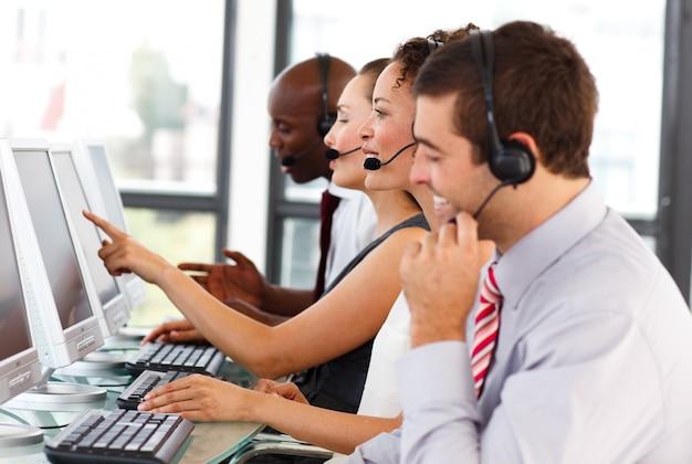 Homme d'affaires attrayant travaillant dans un centre d'appels Photo Premium